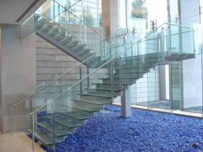Cầu thang  lan can kính cường lực