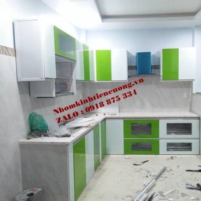 Tủ bếp nhôm kính treo tường cao cấp TpHCM mẫu giả gỗ ĐẸP ấn tượng